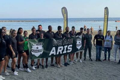 ФК «Арис» провел генуборку муниципального пляжа Лимассола